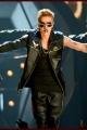 justinbieber-billboardperf-006