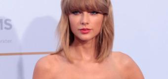 "Taylor Swift Performs ""Shake It Off"" at Deutscher Radiopreis & Practices Finger Tutting"